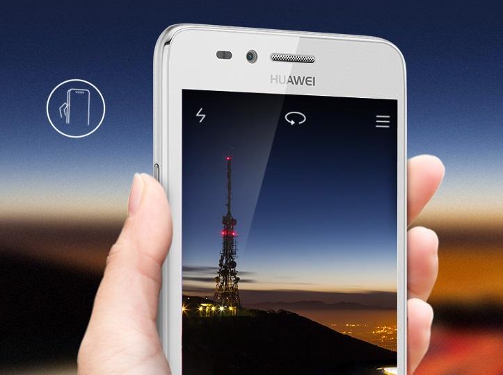 huawei y3 ii in hand maakt foto van radiotoren in de avond met donkerblauwe lucht''