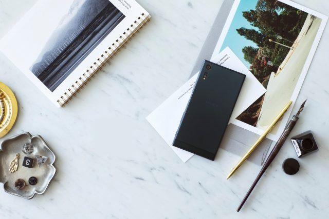 sony xperia xz op tafel met notitieboekje, pennen en kaarten