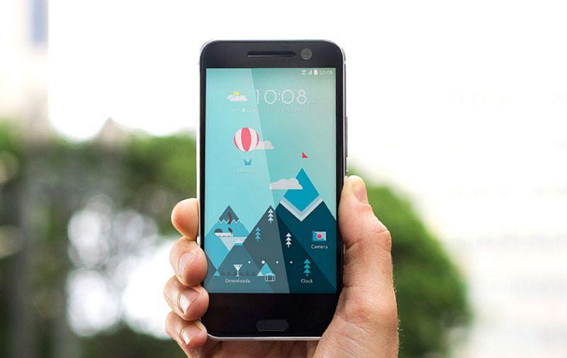 HTC 10 Lifestyle toestel in hand en blauwe lucht erboven