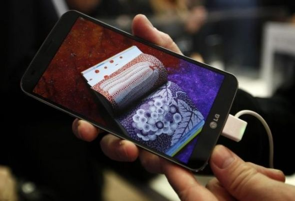LG V20 toestel in de hand met gekleurde bladzijdes