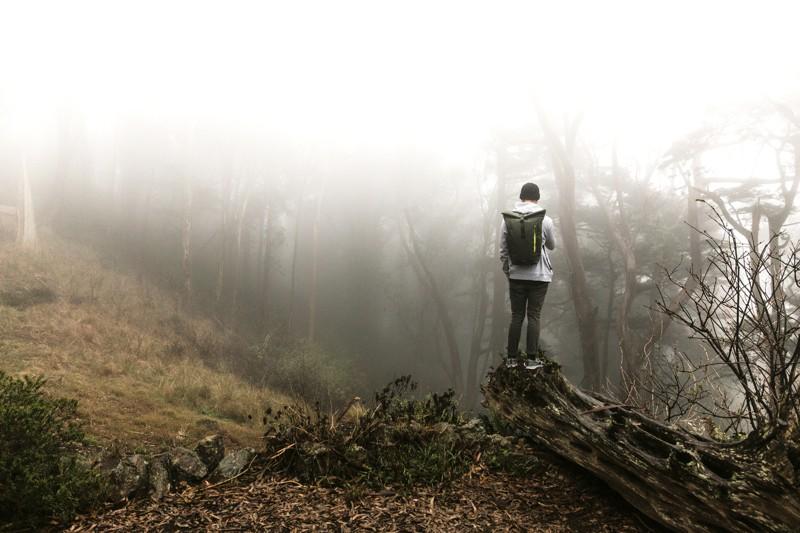 man met dagrugzak verdwaald in het bos
