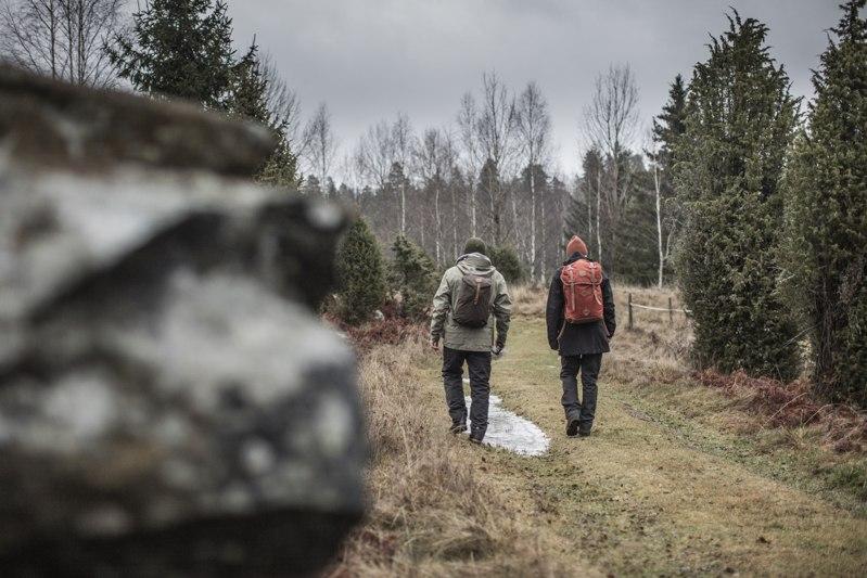 twee mannen met dagrugzakken wandelend in het bos
