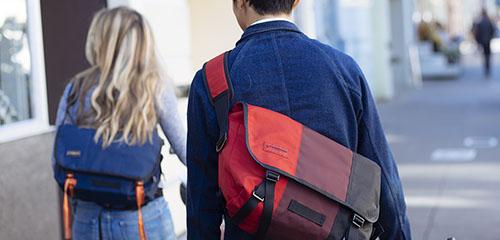twee mensen timbuk2 messenger bags