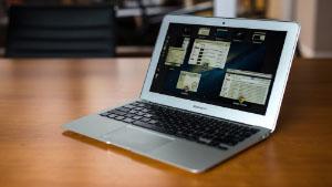 MacBook Air 11 inch op bruine tafel