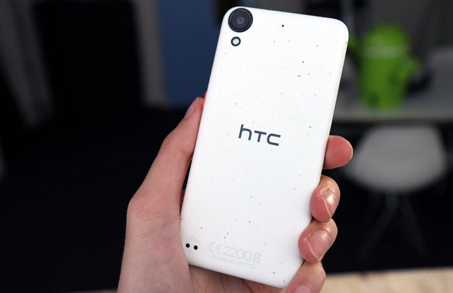 witte htc desire 650 in een hand